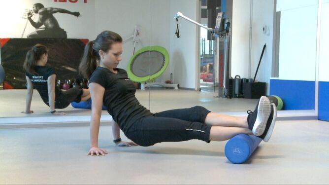Ćwiczenie z wałkiem na ścięgna Achillesa i ból piszczeli