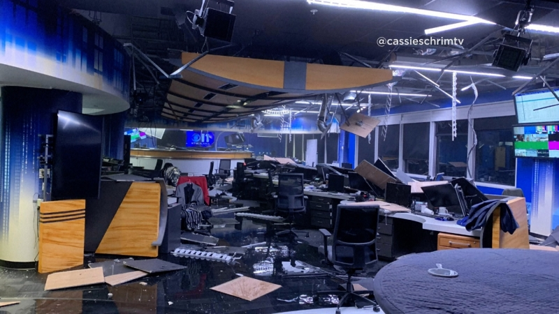 Zniszczenia w studio telewizyjnym KTVA (@cassieschrimtv / KTVA / ENEX)