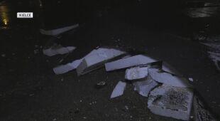 Dach spadł na samochody